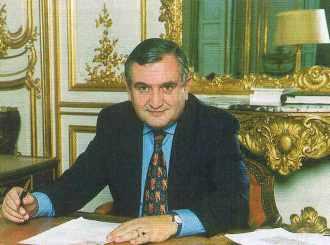 Jean-Pierre RAFFARIN, ministre des petites et moyennes entreprises, du commerce et de l'artisanat