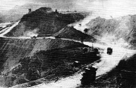 Mines de charbon à ciel ouvert de Deo Nai, à Quang Ninh.