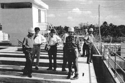 Visite du Comité populaire pendant la construction de l'usine de Can Tho.