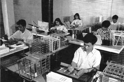 ALCATEL AU VIÊT-NAM : Atelier de montage.