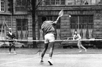 MM. Borotra et Leprince-Ringuet disputant un match de tennis