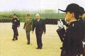 André Giraud, lors de la présentation au Drapeau de l'École de la promotion 1985.
