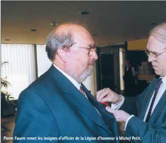 Pierre Faurre remet les insignes d'officier de la Légion d'honneur à Michel Petit.