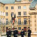 Le drapeau de l'École polytechnique et sa garde devant l'ancienne École royale du génie de Mézières