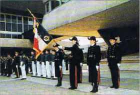 La promotion 1998 de l'École polytechnique a reçu la garde du drapeau