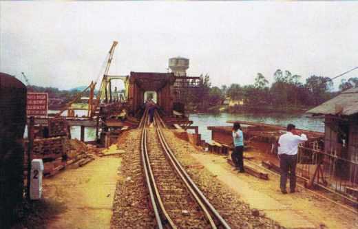 Pont ferroviaire en cours de réhabilitation en Indochine