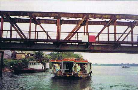 Pont ferroviaire sur la rivière des Parfums à Hué.