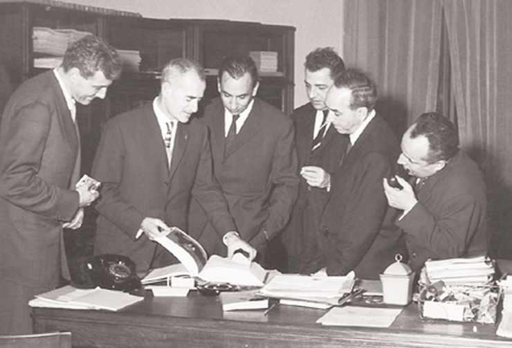 Louis Leprince-Ringuet entouré de ses collaborateurs, de gauche à droite Bernard Grégory, Charles Peyrou, Francis Muller, Rafael Armenteros et André Lagarrigue.