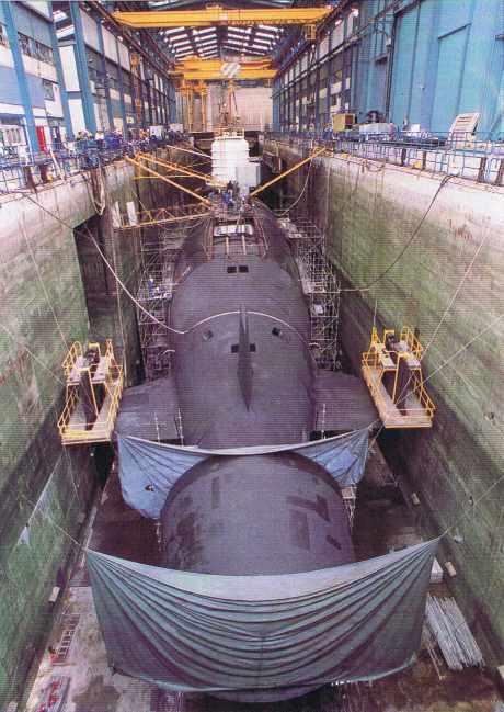 Le sous-marin SNLE NG Triomphant à sec à l'Ile Longue.