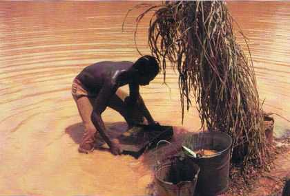 Lavage artisanal de gravier diamantifère.