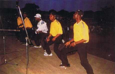 "FESPAM 1999, le groupe Extra-Musica avec son chef Régis Touba "" le grand tigre ""."
