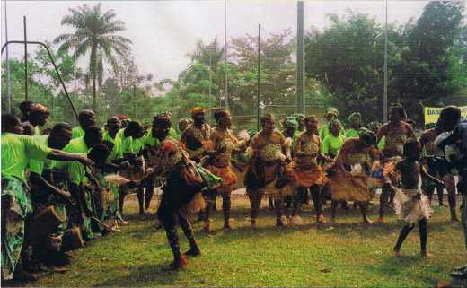 FESPAM 1999 au Congo, un groupe traditionnel avec danseurs.