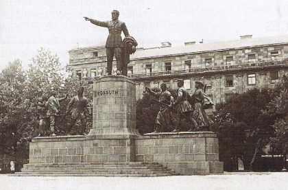 Budapest, la statue de Kossuth sur la place du Parlement.