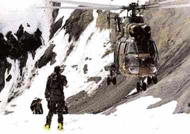 Hélicoptère de l'armée de terre en montagne