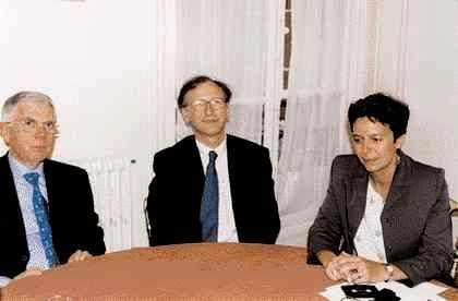 Le Professeur Alain Fischer entouré de Sylvie Delassus et Pierre Zervudacki.