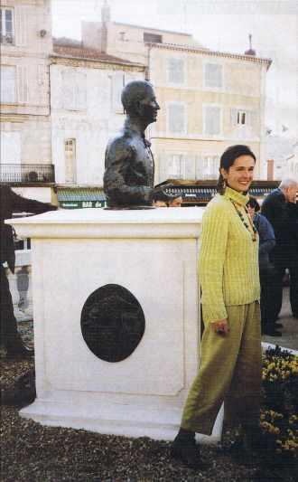Guillemette de Williencourt devant le buste de Louis Leprince-Ringuet.