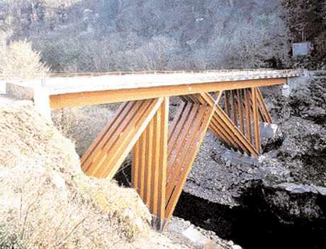 Pont de Merle, vallée de la Maronne, Corrèze.Construction en bois