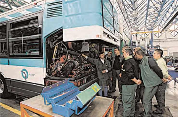 Apprentissage entretien bus par des jeunes en formation alternée à la RATP