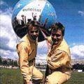 Jérôme GIACOMONI (88), avec Matthieu GOBBI (88), maintenant leur aérostat