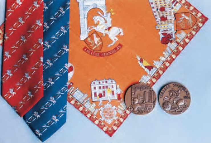 Claude Gondard (65) a créé, à l'occasion du Bicentenaire du Collège Stanislas, une gamme d'objets de qualité comprenant un carré en soie, une écharpe en soie, une cravate et une médaille