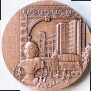 Médaille du Bicentenaire du Collège Stanislas, oeuvre de Claude Gondard (65) frappée par la Monnaie de Paris.
