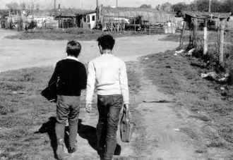 Retour d'école dans un bidonville