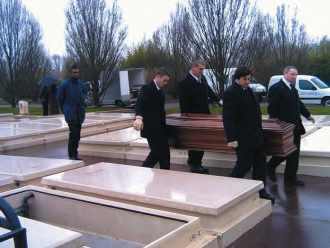 """Au cimetière, par le Collectif """"Les morts dans la rue"""""""
