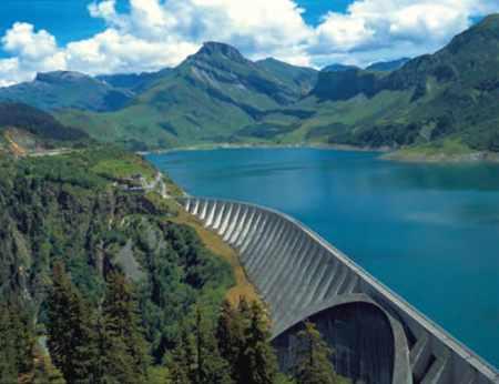 Retenue du barrage de Roselend, en Savoie : aval, vue aérienne.