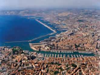 Marseille, vue aérienne du vieux port et des installations portuaires.
