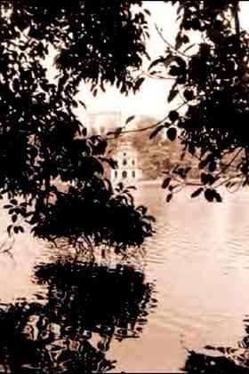 Le lac de l'épée restituée – le lac légendaire au centre de Hanoi.