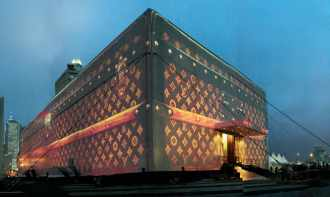 Soirée d'anniversaire des cent cinquante ans de la Maison Louis Vuitton (avril 2004, Hong-Kong).