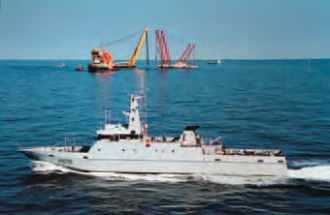 Le patrouilleur Pluvier surveillant le site du naufrage du Tricolor.