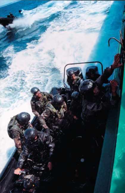 Entraînement des commandos de marine, assaut d'un bâtiment