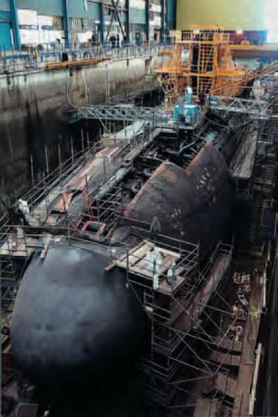 Sous-marin nucléaire au bassin, en entretien programmé.