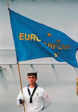 Matelot italien avec le drapeau de l'Euromarfor.