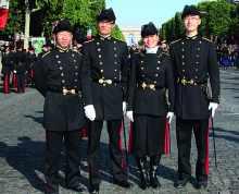Elèves chinois de l'école polytechnique prêts à défiler aux Champs Elysées