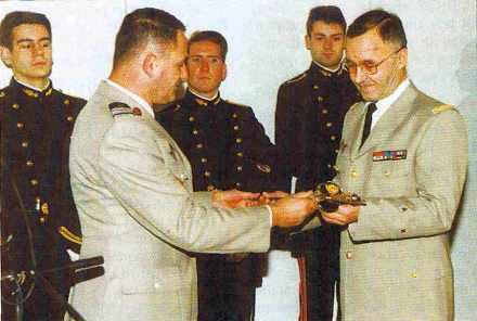 Remise au général Novacq de son épée de directeur général de l'École polytechnique.