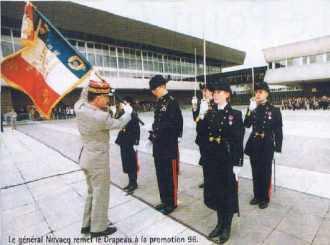 Le général NOVACQ remet le Drapeau à la promotion 96