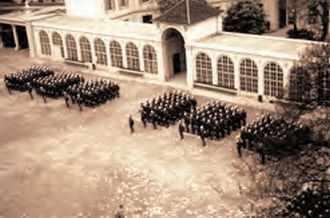 Dans la cour de l'École polytechnique le 16 mai 1962