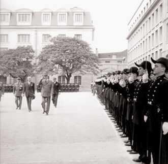 Le général de Gaulle passe en revue la promotion 1957 le 9 juin 1959.