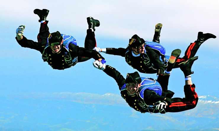 Saut en parachute de trois polytechniciens