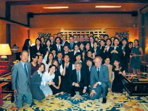 Groupe des étudiants français et japonais à l'ambassade de France au Japon.