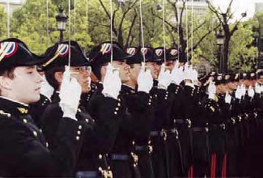 Des élèves de L'Ecole polytechnique en grand uniforme