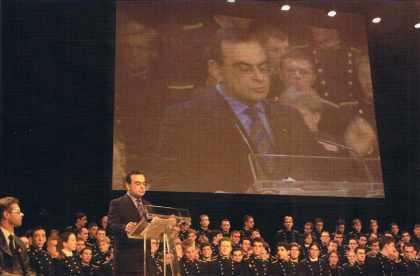 Carlos GHOSN prononçant sa conférence. (14 juillet 2001 à l'Ecole polytechnique)