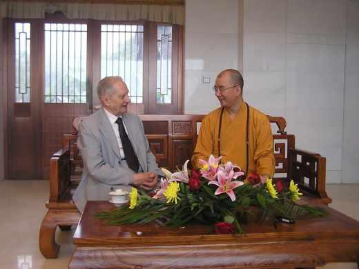 Christian Cochini avec le Vén. Xuecheng, abbé du temple Longquan à Beijing