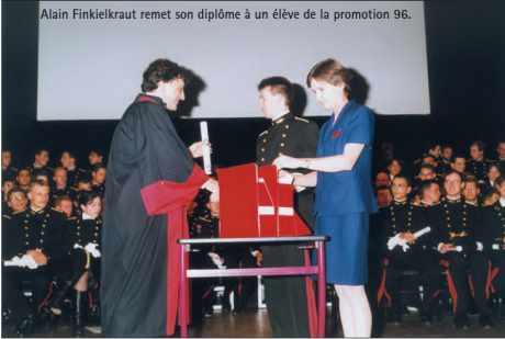 Alain Finkielkraut remet son diplôme à un élève de la promotion 96 de polytechnique
