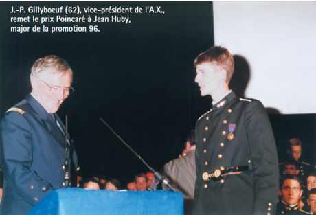 J.-P. Gillyboeuf (62), vice-président de l'A.X., remet le prix Poincaré à Jean Huby, major de la promotion 96.