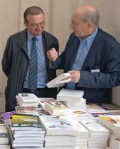Hervé Mariton (77) et Pierre Avenas (65) au salon du livre polytechnicien