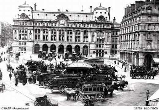 Vue de la cour de Rome devant la gare Saint-Lazare autour de 1900.
