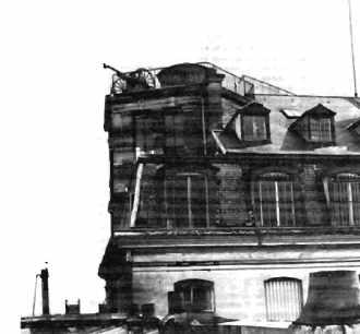 Un canon de 75 en haut des bâtiments de l'école polytechnique